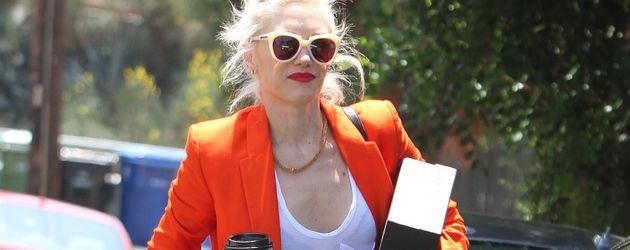 Gwen Stefani mit Kaffee und einem Paket