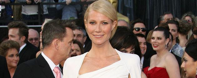 Gwyneth Paltrow im weißen Kleid mit Cape