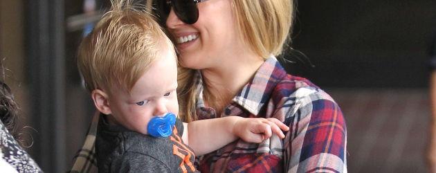 Hilary Duff mit dem kleinen Luca auf dem Arm
