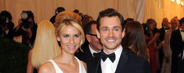 Hugh Dancy und Claire Danes ganz in  Weiß gekleidet