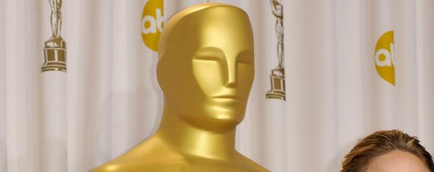 Jennifer Lawrence posiert vor und mit dem Oscar