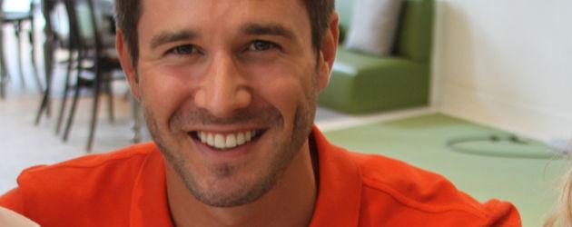 Jochen Schropp im orangefarbenen T-Shirt