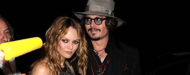 Johnny Depp grinsend und Vanessa Paradis