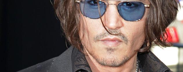 Johnny Depp mit Haarsträhne im Gesicht