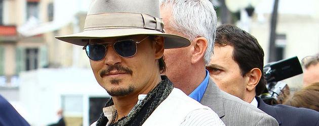 Johnny Depp in lässigem, hellen Outfit