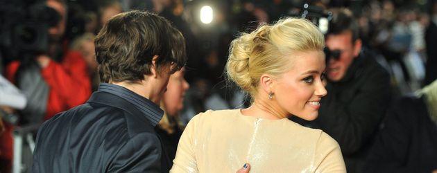 Johnny Depp und Amber Heard von hinten