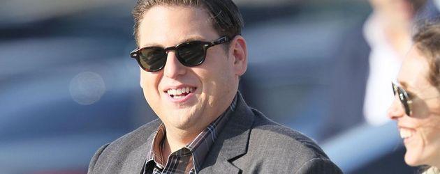 Jonah Hill lachend und mit Sonnenbrille