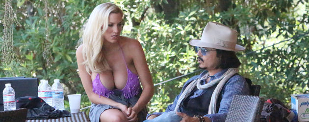 Jordan Carver spielt mit Johnny Depp Double