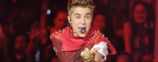 Justin Bieber in einem roten Bühnen-Outfit