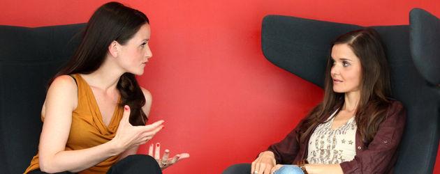 Kaja Schmidt-Tychsen und Christiane Klimt sitzend