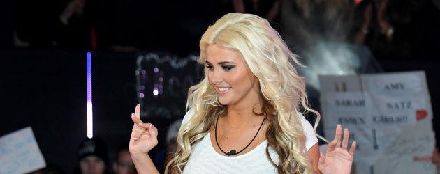 Karissa Shannon trägt ein weißes Minikleid