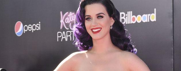 Katy Perry im roten Samt-Kleid