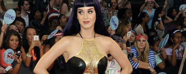 Katy Perry im schwarzen bodenlangen Kleid