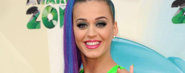Katy Perry mit falschem Zopf in blau-violett