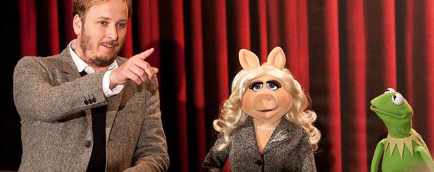 Kermit mit Miss Piggy und Regisseur James Bobin