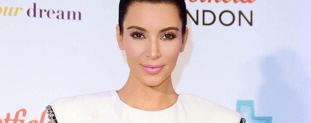 Kim Kardashian mit silbernen Ärmeln