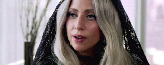 Lady GaGa gestikuliert im Interview