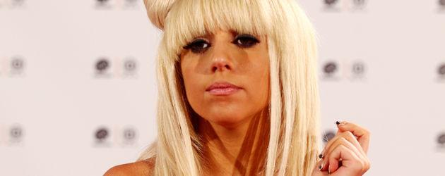 Lady GaGa mit Schleife auf dem Kopf