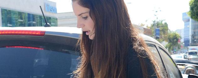Lana Del Rey geht über den Bürgersteig