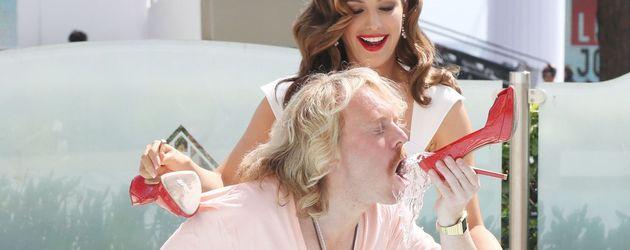 Leigh Francis aka Keith Lemon trinkt aus einem Schuh
