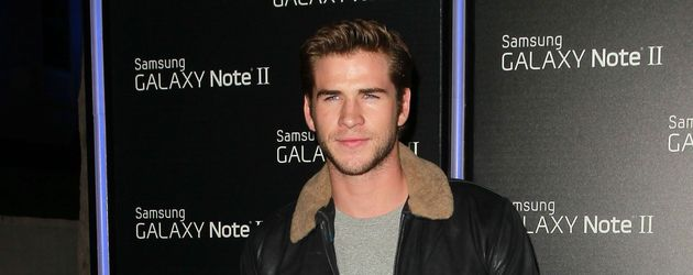 Liam Hemsworth trägt eine Lederjacke mit Fellkragen