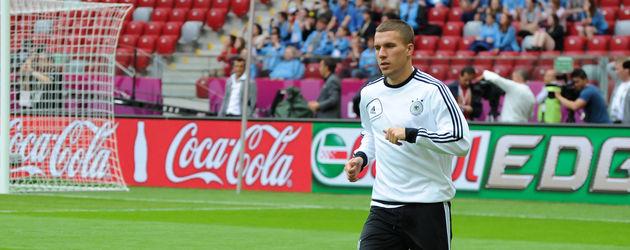 Lukas Podolski rennt mit Ball