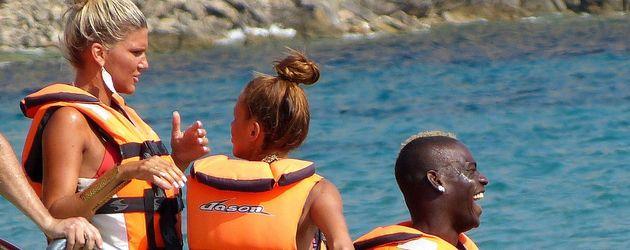 Mario Balotelli mit zwei Frauen am Wasser