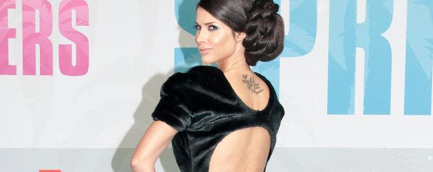 Micaela zeigt ihr Kleid von hinten