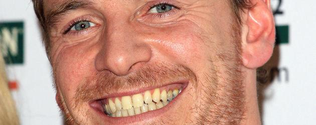 Michael Fassbender lacht breit