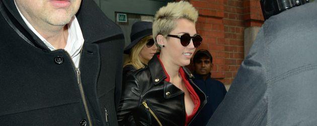 Miley Cyrus im roten Jumpsuit zeigt tiefen Ausschnitt