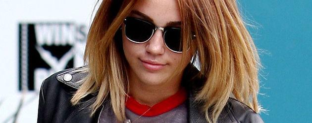 Miley Cyrus mit Adler-Shirt und Lederjacke