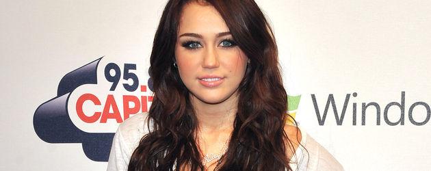 Miley Cyrus mit dunklen langen Haaren