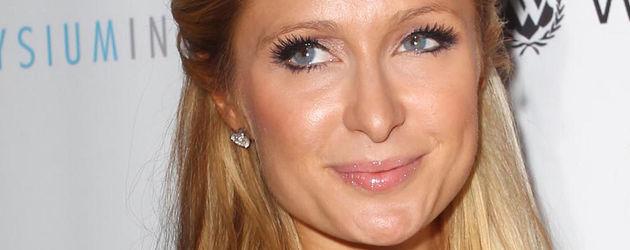 Paris Hilton im Lederkleid und mit braver Frisur