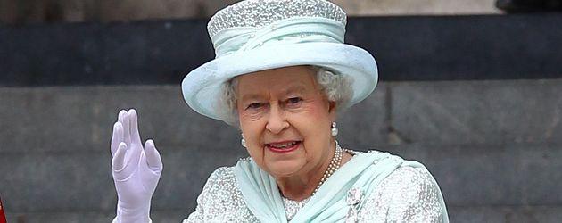Queen Elizabeth II. winkt