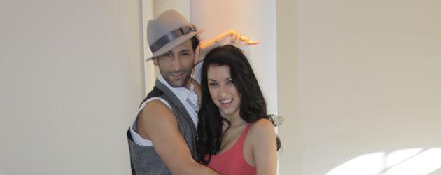 Rebecca Mir und Massimo Sinató Arm in Arm tanzpose
