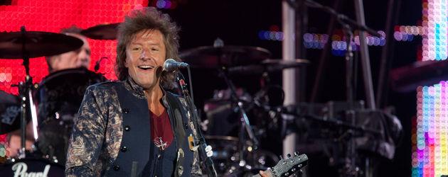 Richie Sambora spielt Gitarre beim Bon Jovi Konzert