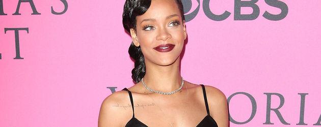 Rihanna bauchfrei und mit dunkelroten Lippen