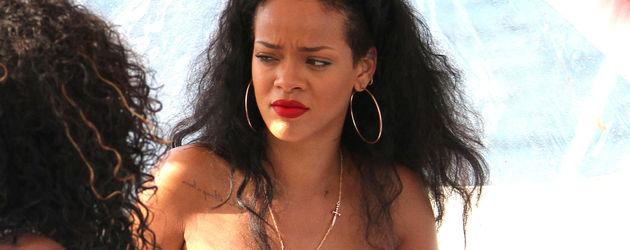 Rihanna guckt trotzig