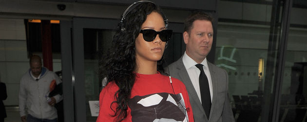 Rihanna im roten Kiffer-Pullover und mit schwarzem Rock