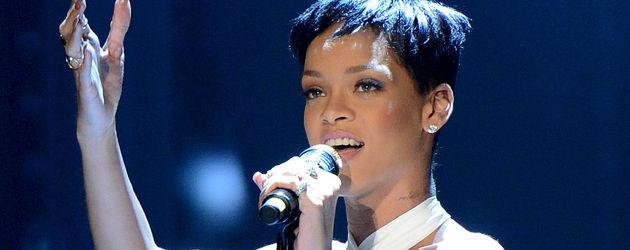 Rihanna in Lederhose und bauchfreiem Top bei Wetten dass