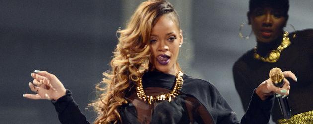 Rihanna mit flachen Overkneestiefeln und durchsichtigem Shirt