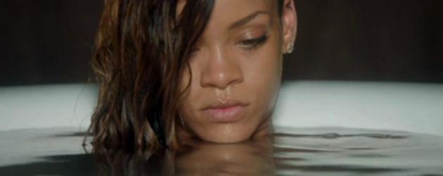 Rihanna sitzt mit nassen Haaren in einer Badewanne