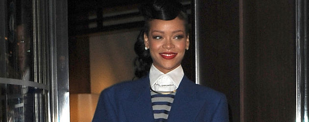 Rihanna tritt aus dem Hotel