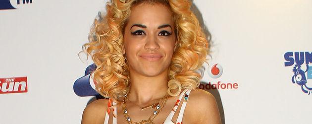 Rita Ora im Eiscreme-Kleid