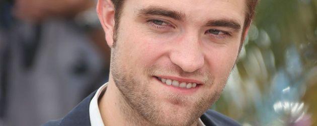 Robert Pattinson lächelt leicht