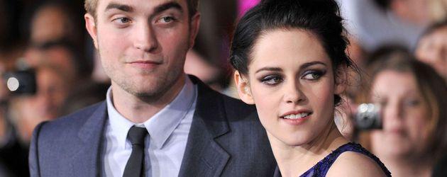 Robert Pattinson und Kristen Stewart gucken beide zur Seite