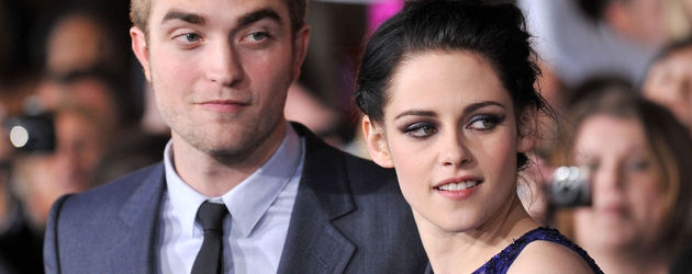 Robert schaut etwas skeptisch, während Kristen zur Seite guckt