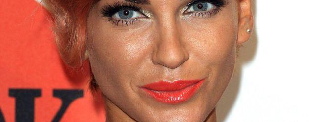 Sarah Harding mit roten Haaren und roten Lippen