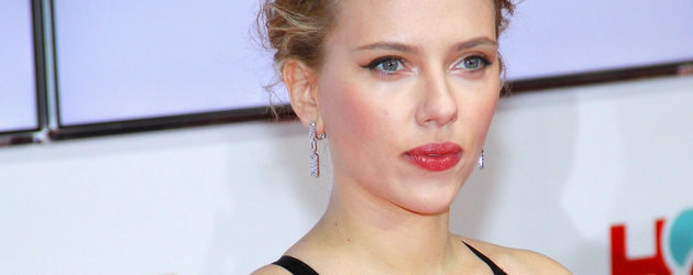 Scarlett Johansson mit der Hand an der Hüfte
