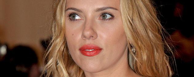 Scarlett Johansson schaut zur Seite